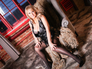 Voir le liveshow de  BeverlyTits de Livejasmin - 44 ans - I'm gonna make You feel on the top of the world !!! let the party begin. You are invited ;o
