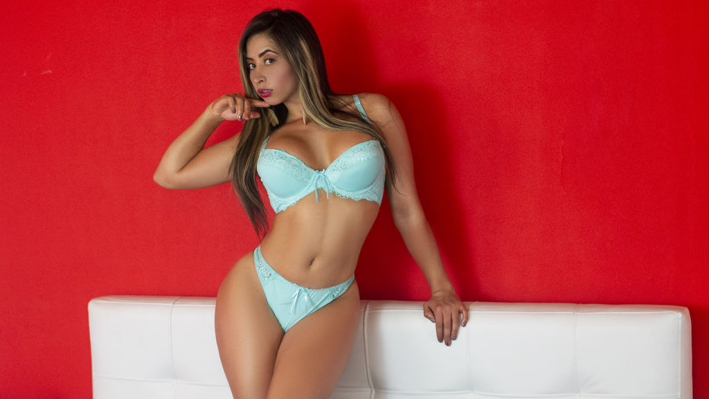 Click to watch the sexy ZairaShamms